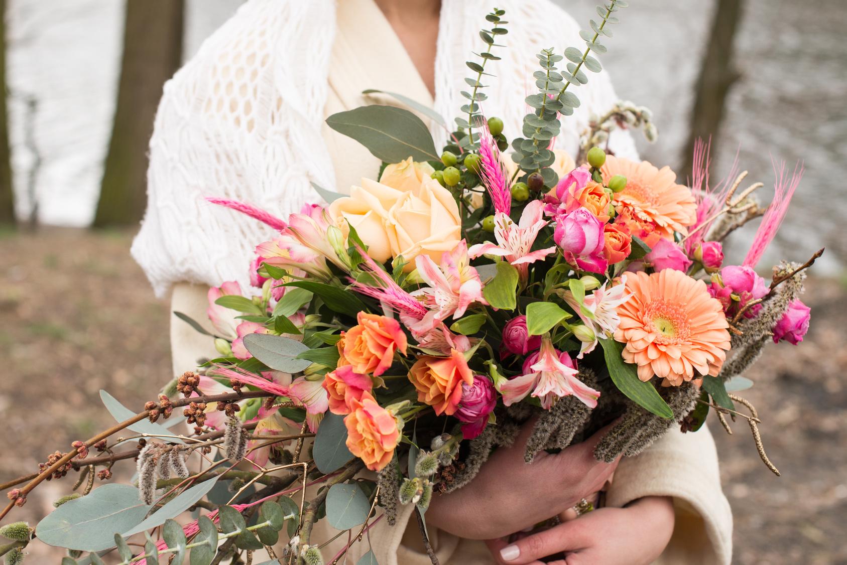 duży, kolorowy bukiet ślubny