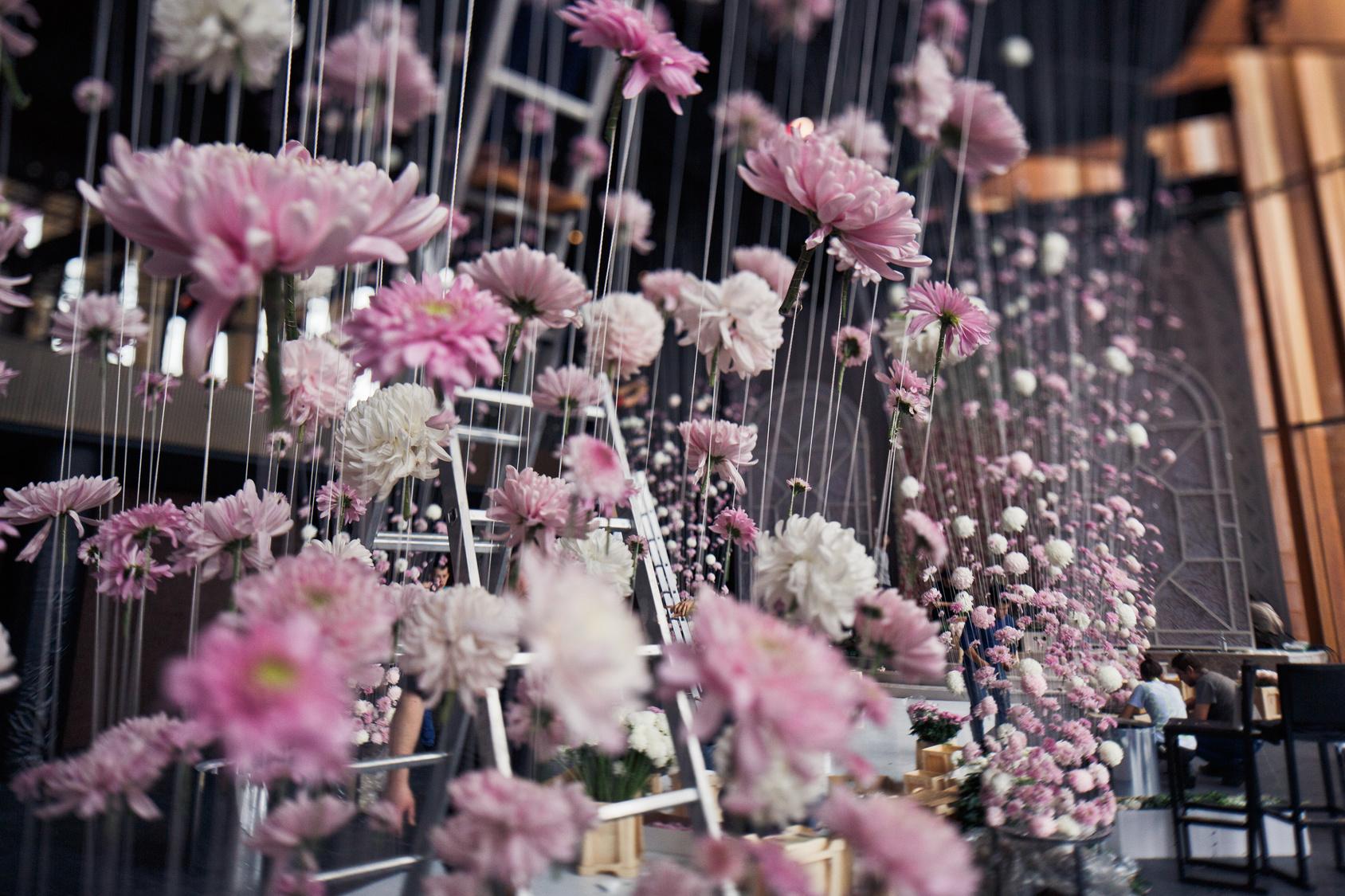 wiszące girlandy z kwiatów na weselu