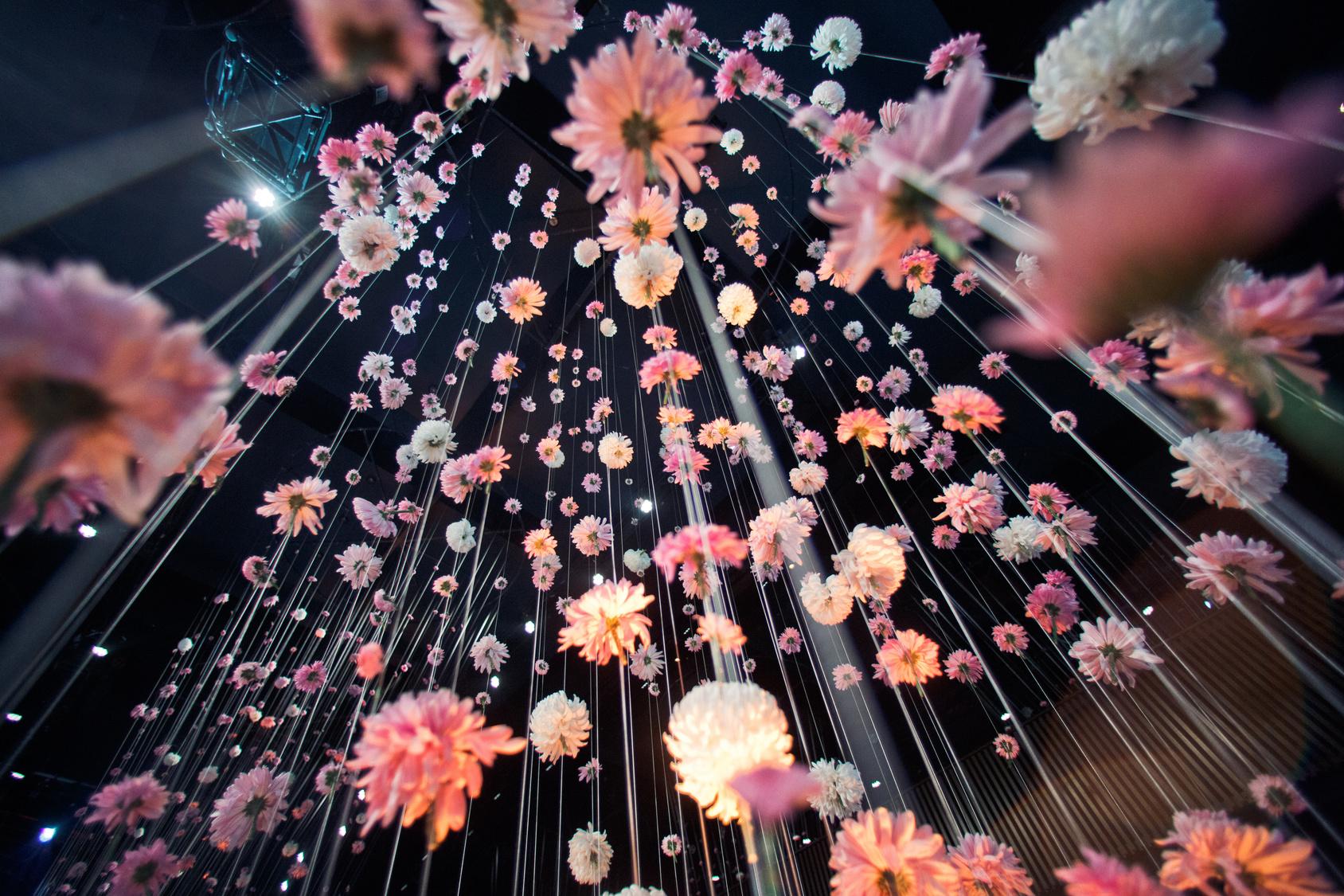 wiszące kwiatki na weselu