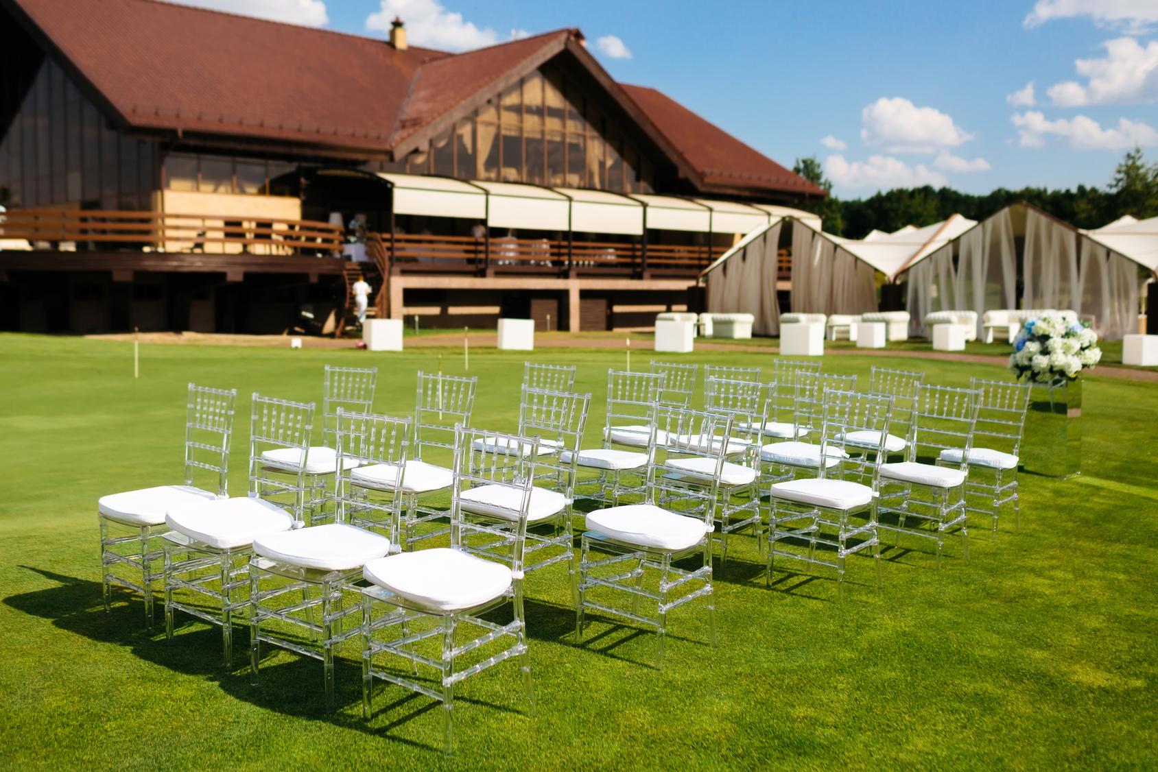 krzesła na ślubie