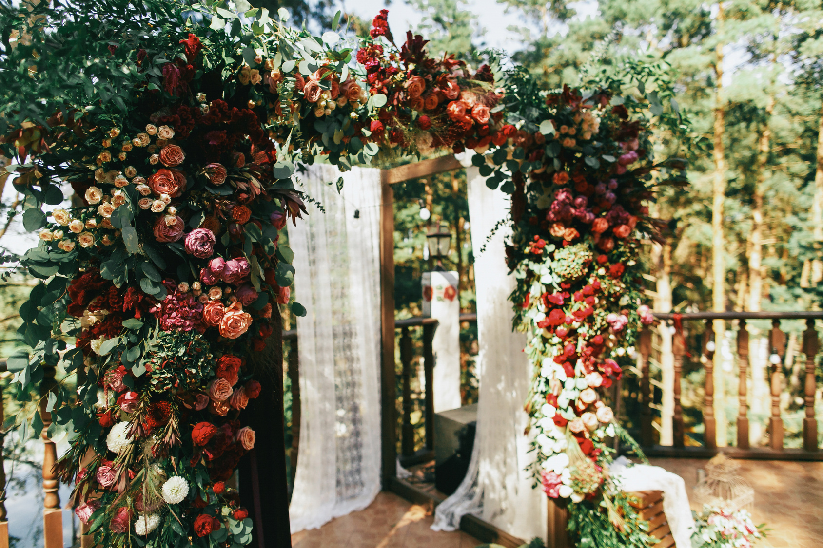 kwiatowe dekoracje sali weselnej