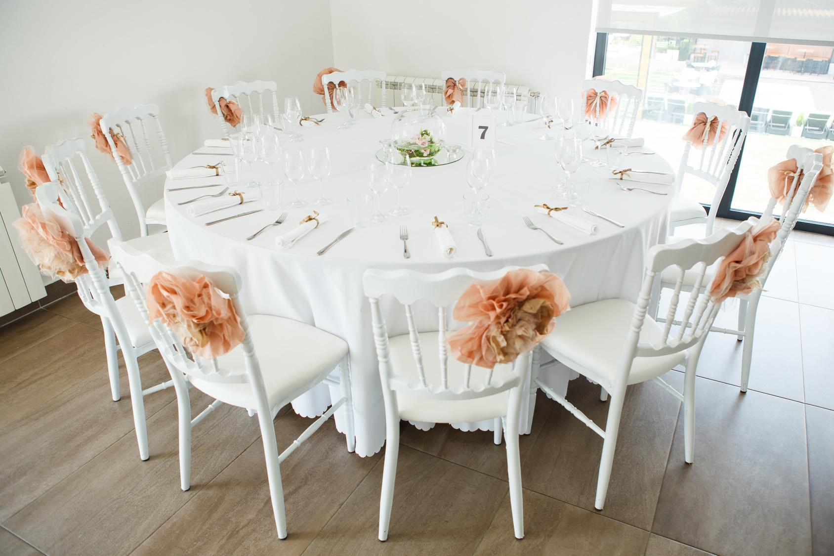krzesła w pokrowcach na weselu