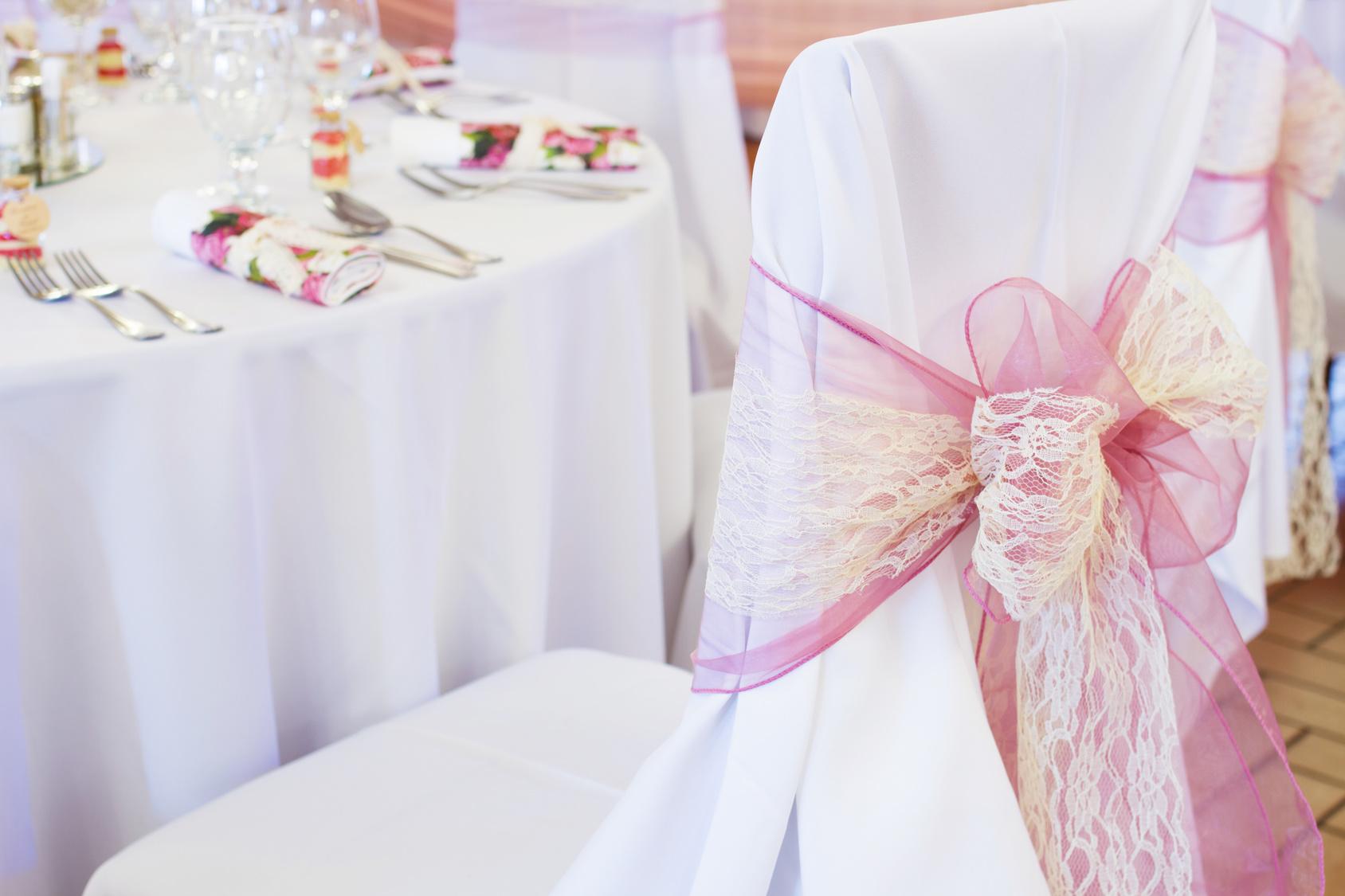 dekoracje krzeseł na weselu