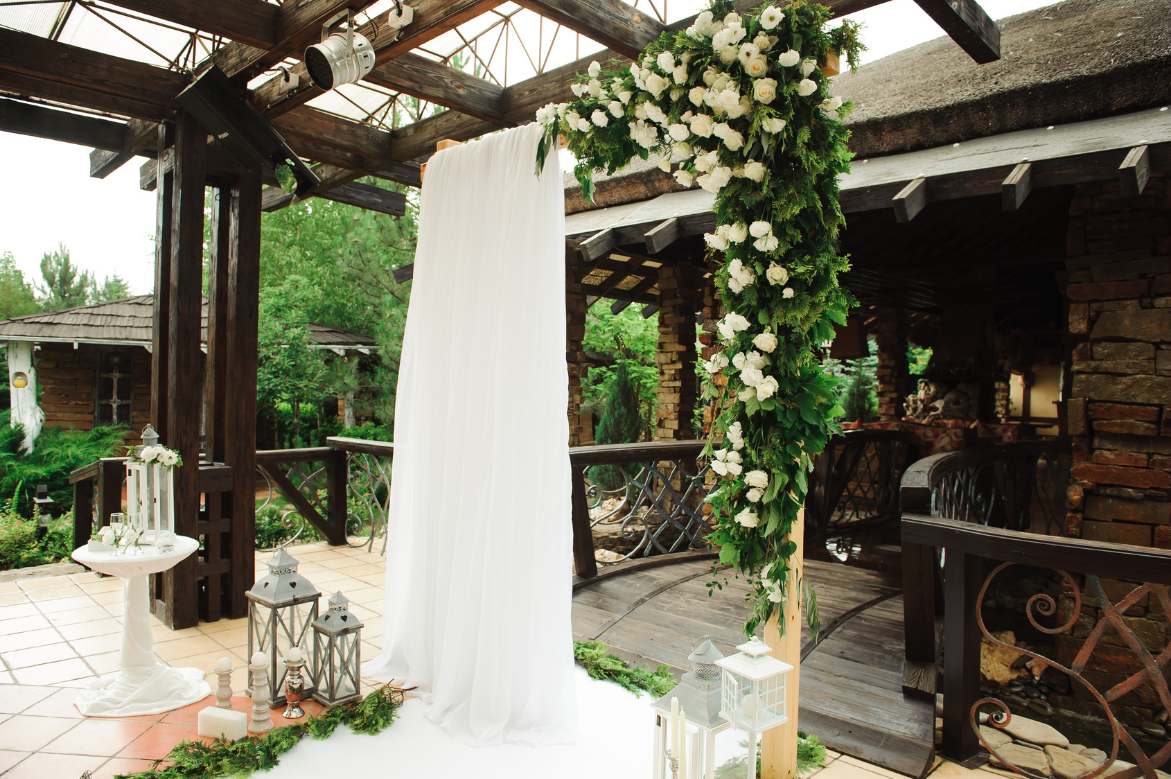 kwiatowe wejście do sali weselnej