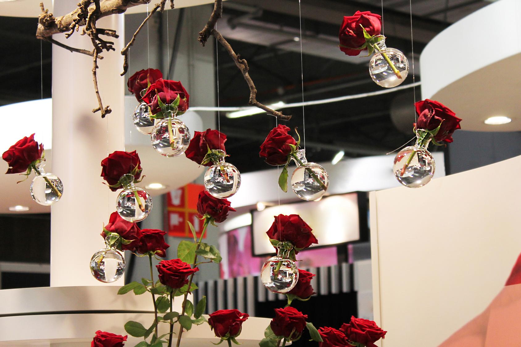 wiszące dekoracje z kwiatów na weselu