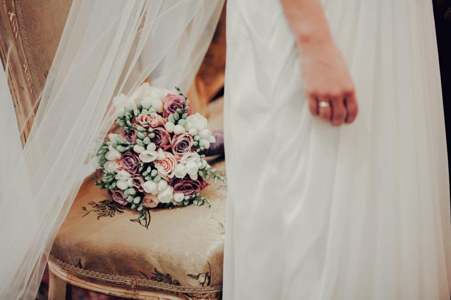 Jakie kwiaty wybrać do modnego wiosennego bukietu ślubnego?