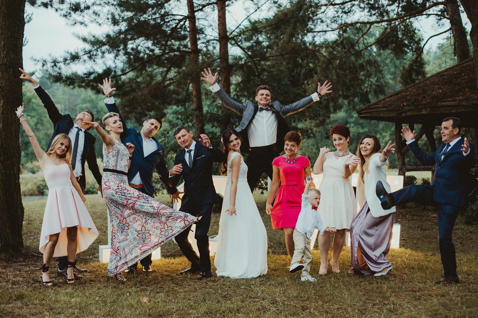 Sesja zdjęciowa z gośćmi na weselu